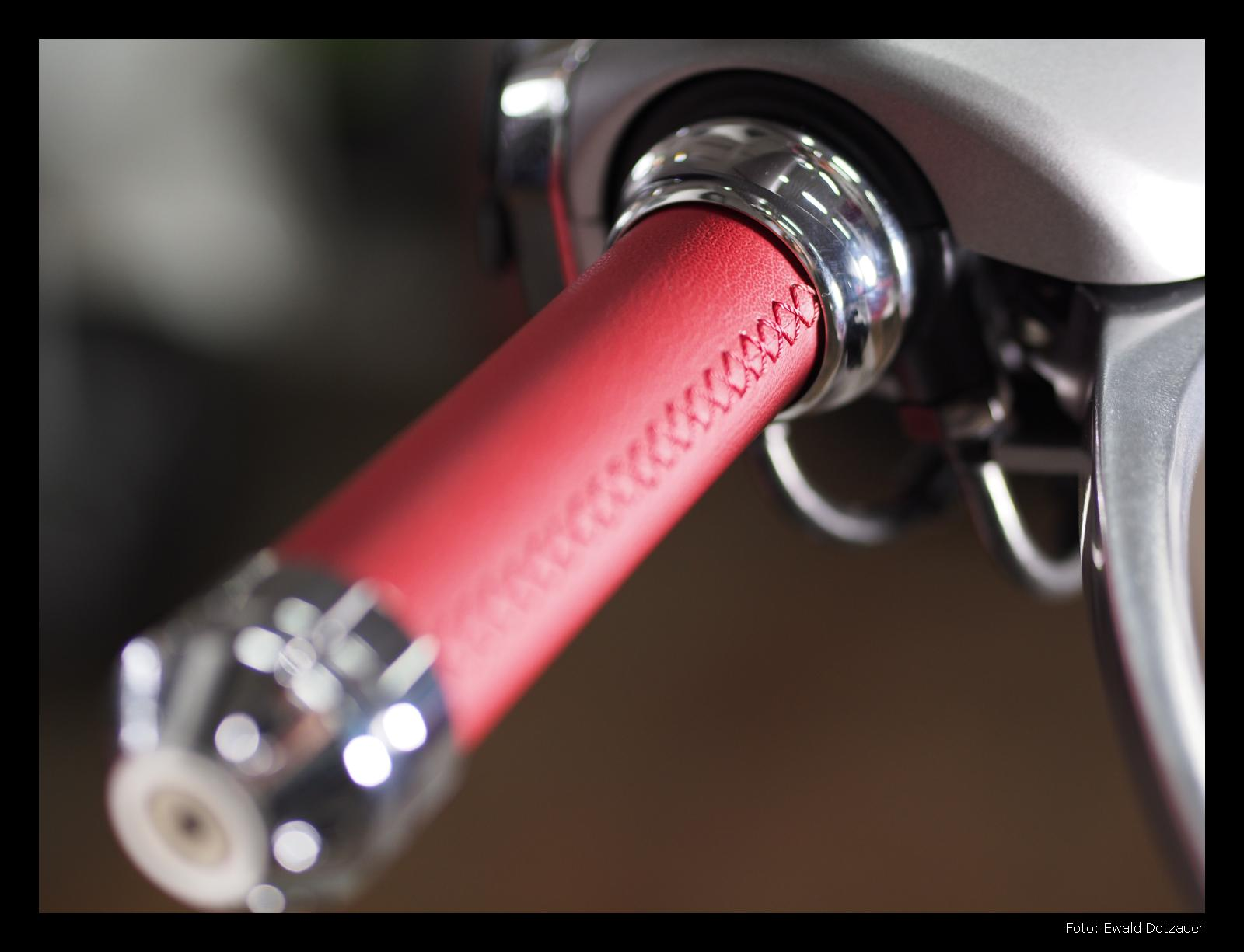 Vespa 946, Lenkergriff mit roten Leder überzogen, feine Handarbeit
